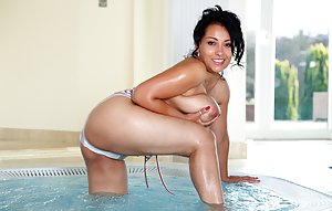Ass in Pool Porn Pics